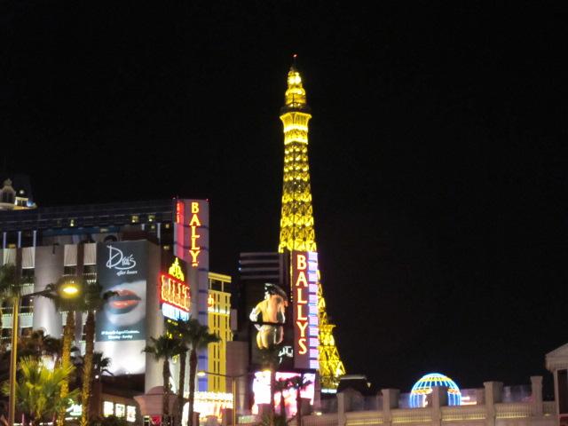 巴黎铁塔变金色的了.